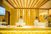 弥勒绿宝乐致酒店是一家自动化轻奢酒店,是旅居的最佳选择!近湖泉半山温泉,还可以祭拜弥勒佛,是你休假的