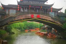 到杭州怎能不去宋城公园。它位于西湖风景区西南,是中国最大的宋文化主题公园。据说它依据《清明上河图》所