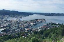 卑尔根—挪威峡湾的门户,每年都吸引了世界无数的游客。坐缆车到达山顶俯瞰卑尔根全景,仿佛就是童话小说中