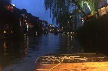 夜色刚刚降临,坐在乌蓬船上,悠闲的欣赏着河道两岸的美景。