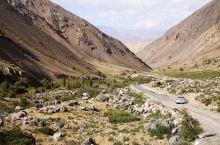 中国最西边的西极村斯木哈纳村 坐标东经73° 比北京晚三个小时 这是一座柯尔克孜族村庄 临近伊尔克什