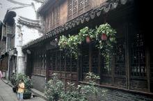 月河历史古街,小巷小街迂回曲折,纵横交错,小河狭弄,旧民居还原和展现了浓厚的水乡古城风貌!