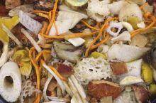 昆明正宗野生菌火锅,采用本土老母鸡炖制汤底,非常健康养颜,非常好喝