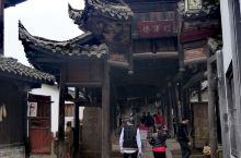 青林口古镇距离江油市区大约50公里,古镇门口有很多当地村民设立的停车点,统一收费价十元,古镇本身不收