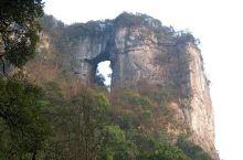 金佛山-神龙峡风景名胜区是一个融山、水、石、林、泉、洞为一体,集雄、奇、幽、险、秀于一身的国家级风景