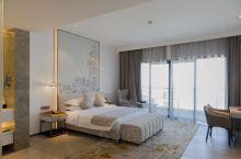 这次去三亚旅游入住在三亚洛克铂金海景酒店。房间的阳台可以看到大海,而且穿堂风实在是太凉爽了,服务人员