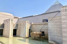 水户艺朮馆,是日本名建筑师矶崎新的代表作,也是茨城县的标志建筑。具多功能。内庭广场以草坪为主,有一组
