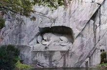 狮子纪念碑(Lion Monument)是琉森 (卢塞恩)数一数二的雕刻作品,一支箭深深地插进了濒临