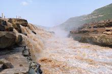黄河壶口位于陕西宜川与山西吉县之间,秦晋两省分界线上。黄河水在洗刷黄土高原后裹带了大量泥沙经过这里,