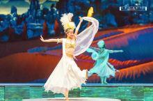 新疆大剧院全球首创的室内大型实景民族歌舞秀,启用多空间立体实景,真实还原了西域原生态色彩。演出空间从