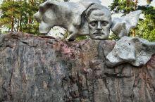 西贝柳斯公园最独特之处有两座雕像,即由600根钢管组成的类似管风琴抽象塑像和一座音乐大师的头像雕塑,