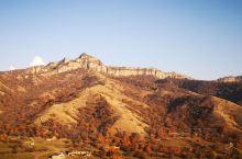 据说是援疆刚开发的景区,适逢深秋,满山的红和黄,远处是雪山,虽不及春夏美景的十分之一,但也另有一番味