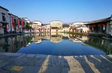 徽州的美,是凝重的,也是诗意的。若宏村那般,月沼呈半月型,水波不惊,水面如镜。四周的古徽民居映在水中