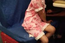 那么冷的天气,在来郑州的火车上看到一个跟着妈妈一起坐火车的小女孩穿着夏天的一身衣服,面对一车惊掉下巴