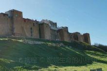 乌达雅堡位于拉巴特老城以东,河入海处,濒临大西洋,是一座建在海角上的军事要塞,始建于12世纪柏柏尔王