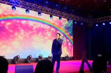 沧州.金狮国际酒店 申菲现场表演  申菲,唱作歌手。 2007年底发行首张个人专辑《菲声絮语》, 《