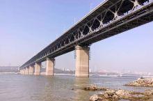 对于一个武汉人来说, 武汉长江大桥  并不是一个景点,从小到大经过无数次经过长江大桥,但步行上桥游览