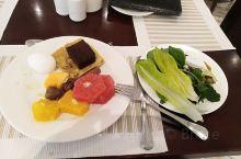 早餐,水果还可以,当地菜看着就没食欲,沙拉酱没法吃,只能干吃青菜叶,外交小糕点。