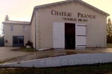 圣埃美隆的游客中心说附近有一家酒庄愿意接待我们。到达时,71岁的庄主Brunot先生正指挥工人装载桶
