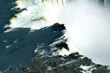 伊瓜苏 - 在直升机上观赏伊瓜苏大瀑布。从空中鸟瞰这个黑白相间的深渊特别震撼,不是在空中看不到它的全