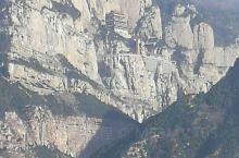 这是我们美丽的山西绵山,山势险峻,建筑宏伟,景色宜人,给人们视觉震撼,又的传说。到这里旅游交通方便,