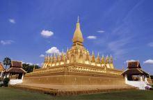 万象城外3公里的塔銮塔是老挝最著名的景点之一,三层的佛塔可以通过楼梯和过道上到塔顶,整个外表全部包金