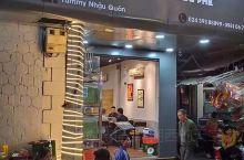 YUMMY,无论外观、内饰,还是美食,都是地道的越南风味,以龙边桥做内饰,配上越南菜、河内啤酒,更能