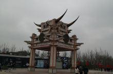 天河潭风景以穿天生石桥流出而得名,位于贵阳市花溪区石板镇境内,距贵阳市24公里内兼具黄果树瀑布之雄、