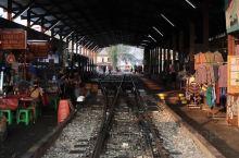 """美功火车市场(MaeKlongMarket)又叫做美功铁道市场,号称""""最牛菜市场"""",是泰国的神奇一景"""