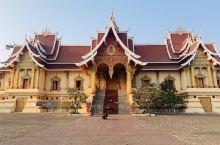 塔銮寺:老挝人民心中最神圣的佛教圣地,也是国家标志,存放着佛祖释迦摩尼的部分舍利子。   凯旋门:
