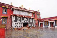 泽当寺就在山南城区里面,泽当寺建于元至正十一年(1351),是藏传佛教帕竹噶举派的重要寺庙之一,以讲