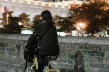 西安旅行必体验之 夜骑古城墙  在西安如果想夜里体验一下这座古都的风韵,那来一场夜骑城墙一定是很好的