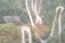 天门山索道是世界最长索道之一,索道上凌空鸟瞰盘山路犹如一条白蛇,值得一去的地方