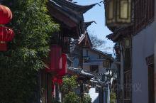 丽江古城开放营业,为春节准备的鲜花不能浪费,今天去古城逛了一圈,进出需要扫码,小巷人比较少,主街道人