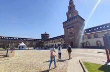 这座城堡真的是瑰宝无穷。在1450年由斯福尔扎伯爵作为城堡而重建,而后成为斯福尔扎家族的住所, 整个