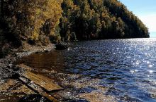 阳光散落在蔚蓝湖面上,泛起阵阵粼粼波光