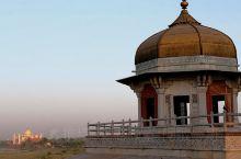 红堡内凄美动人爱情故事: 莫卧儿王朝第五位国王沙贾罕,年轻时曾遇见一位美貌无比的波斯女子姬蔓,姑娘的