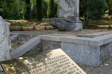 钟祥,明显陵 是明朝恭睿献皇帝朱祐杬与慈孝献皇后的合葬处,也是中国中南六省唯一的一座明代帝陵,只是因