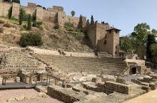 西班牙马拉加的阿尔萨巴城堡,外面是罗马剧院,如果想登城堡需要买票。城堡上面可以看到城市的风景