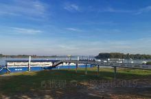 泽蒙小镇在新贝尔格莱德西北不远处,从中国驻原南联盟大使馆旧址坐车十分钟吧,就到了泽蒙小镇的多瑙河河岸