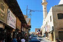 顺着老街走出很远,到一个窑洞式的小馆吃饭,绝对是网红店,很有当地特色,馕饼蘸着阿拉伯鹰嘴豆酱和蒜蓉辣
