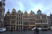 布鲁塞尔大广场是游客必到的地方,一般来说,游览旧城区也是以这里为出发点。  广场没有我们想象中那么大