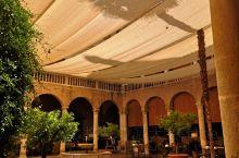 格拉纳达途傲精选 酒店是由一所百年修道院改建而成,设计独特,庭院安静美丽,走廊的壁画和城墙放佛在向住