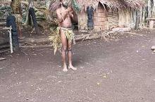 瓦努阿图当地的黑魔法部落,表演 树叶再生的魔法, 把树叶切掉一半, 然后一念咒语,树叶又长出来了。