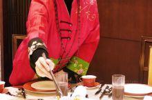 孔子日:食不厌精,膾不厌细 在孔子故里五曲阜,除名胜古迹外,还有享誉国际的孔府菜。孔府菜的基础是鲁菜