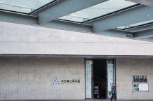 美丽又文艺的秋田县立美术馆,看到这性冷淡风格的清水混凝土建筑,就知道是建筑大师安藤忠雄的手笔了,也因