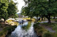 河边漫步,心旷神怡。 雅芳河