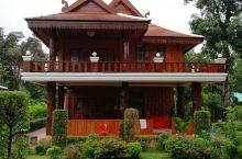 万象农门开村寺庙,木头柱子修建的,特别漂亮!当地人住的房子都喜欢刷上鲜艳的颜色,人口少,工业少,空气