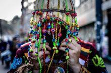 智利旅行——圣地亚哥的狂欢,每当圣地亚哥有特别大的节日的时候我们就可以看到整个城市都载歌载舞的肆意狂