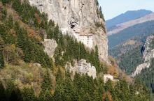 苏美拉修道院(Sumela Monastery)是建在岩石绝壁上的拜占庭样式的修道院,修道院海拔12